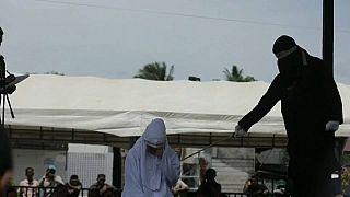 Endonezya'nın Şeriat ile yönetilen eyaleti Açe'de 11 kişi zina suçu sebebiyle kırbaçlandı