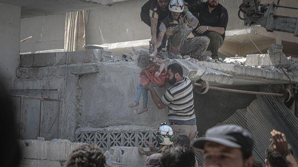 Suriye ordusunun İdlib'in güneyindeki Eriha ilçesine hava saldırısında yaralanan bir çocuk