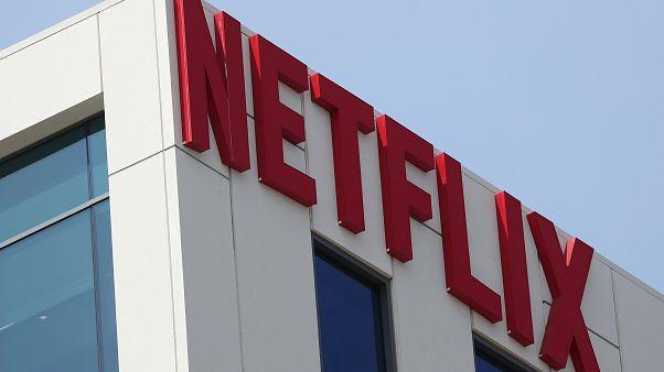 شعار نتفليكس على مكتبها في هوليوود في لوس انجليس بولاية كاليفورنيا الأمريكية
