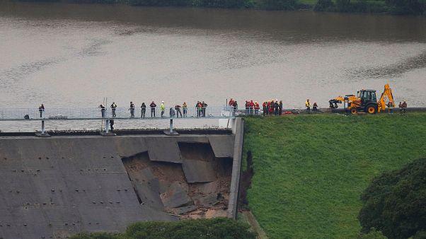 Uk: crollo diga, paese evacuato