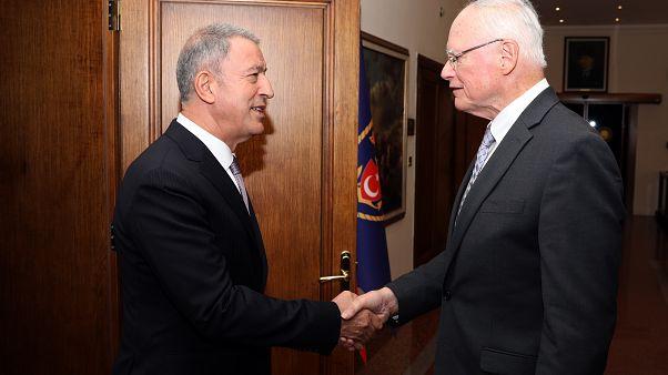 Milli Savunma Bakanı Hulusi Akar (solda), ABD'nin Suriye Özel Temsilcisi James Jeffrey (sağda) ile bir araya geldi.