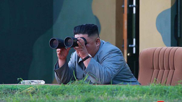 زعيم كوريا الشمالية كيم جونغ أون يراقب تجربة صاروخين باليستيين، في صورة  نشرتها وكالة الأنباء المركزية لكوريا الشمالية