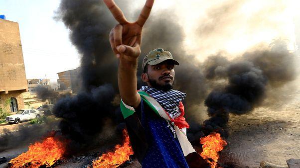 محتج سوداني خلال مظاهرات في العاصمة الخرطوم يوم 27 يوليو تموز 2019