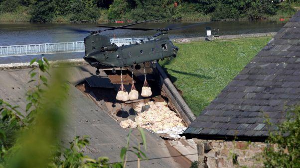 England: Sandsack-Abwurf gegen Dammbruch