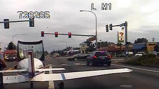 Otoyola acil iniş yapan uçak kırmızı ışıkta durdu
