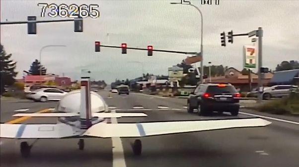 США: самолет приземлился на оживленной трассе