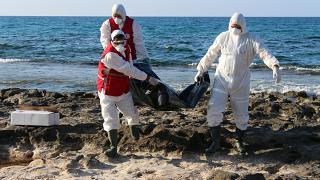 أفراد الهلال الأحمر خلال نقلهم الجثث