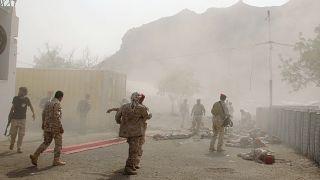 جنود يرقدون على الأرض بعد هجوم في اليمن