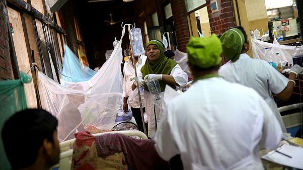 الممرضات يعالجون المرضى المصابين بحمى الضنك بمستشفى الشهيد سهرواردي الطبي في دكا، بنغلاديش، 2 أغسطس آب 2019