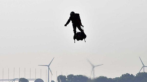 Franky Zapata sur son Flyboard à Sangatte, en France, le 25 juillet 2019