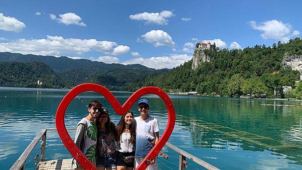 Imágen de Lucía junto a sus compañeros de viaje, Pablo, Rocío y Alejandro en el lago Bled, Eslovenia.