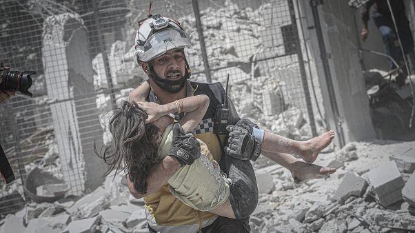 Rusya ve Suriye jetlerinin düzenlediği İdilb'de düzenlediği hava saldırısında enkaz altında kalan bir çocuk, kurtarma ekipleri tarafından çıkarıldı