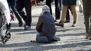 تصمیم جدید شهرداری اسکیلستونای سوئد: گدایان برای کار باید پول بدهند و مجوز بگیرند