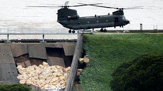 مروحية تابعة للجيش البريطاني تسقط أكياسا من الحصى على سد وايلي بريدج في محاولة لمنع انيهاره
