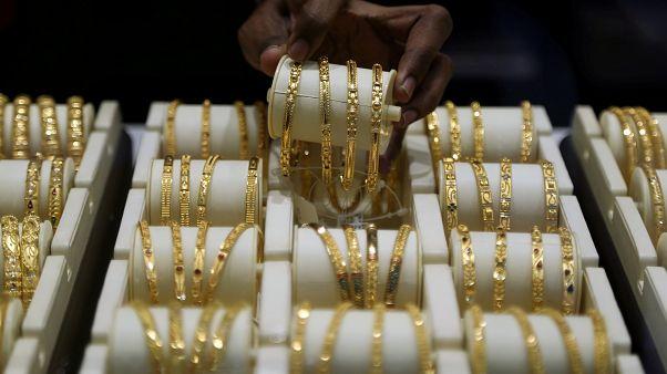'Sahte prenses', küp bulyonlarla altınları değiştirerek 1,6 milyon euro değerinde mücevher çaldı