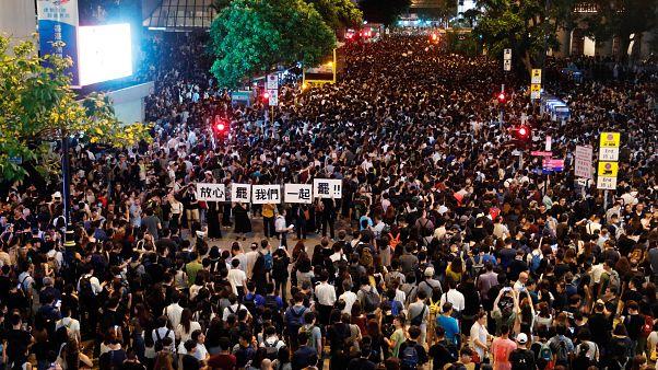 Hong Kong'da düzenlenen protesto gösterilerine kamu çalışanları da destek verdi