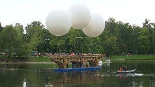Η ιπτάμενη γέφυρα από κούτες στη Μόσχα