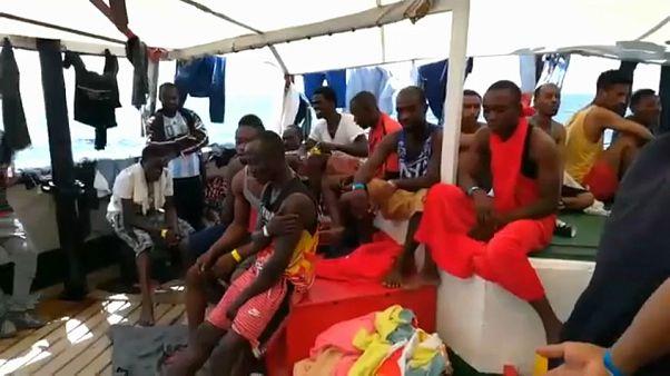 شاهد: سفينة إنقاذ تبحث عن ميناء لإنزال 124 مهاجرا بعد انتشالهم من البحر المتوسط