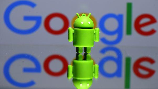 مجسم ثلاثي الأبعاد لأندرويد يظهر أمام شعار جوجل