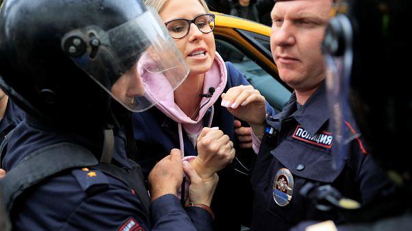 Lyubov Sobol, advogada e ativista anticorrupção, retirada de um taxi e detida