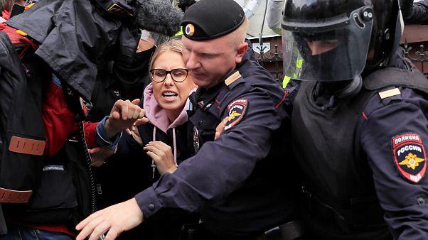 سوبول محاطة برجال الشرطة الروسية