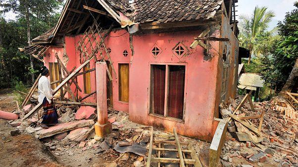 Endonezya'da 6,8 büyüklüğünde deprem: En az 4 ölü; 200'den fazla bina hasar gördü