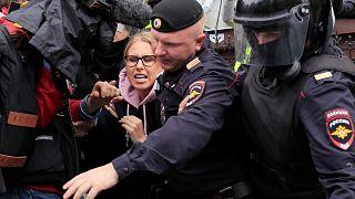 Ljubov Szokolt, az egyik ellenzéki vezetőt veszik őrizetbe az orosz rendőrök