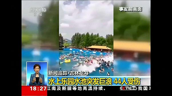 شاهد: موجة تسونامي اصطناعية تتسبب في إصابة 44 شخصا بالصين