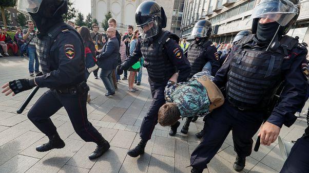 Εκατοντάδες συλλήψεις στη Μόσχα