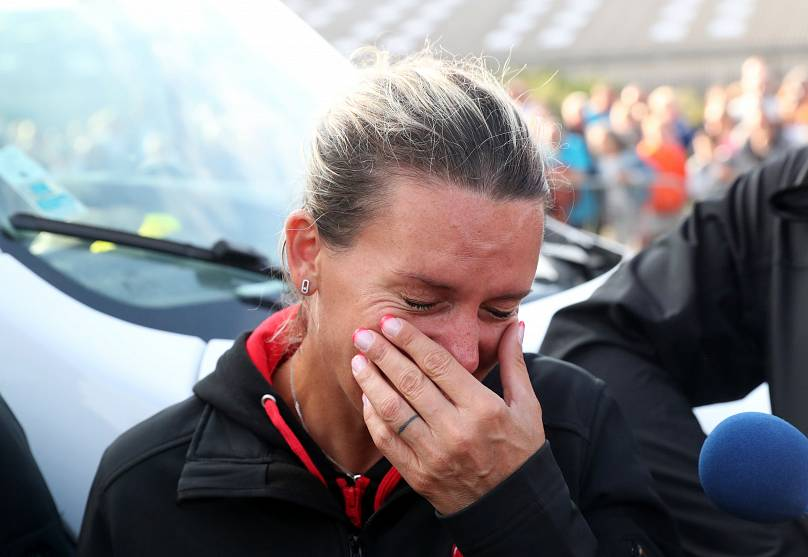 Le lacrime della moglie Christelle a impresa riuscita