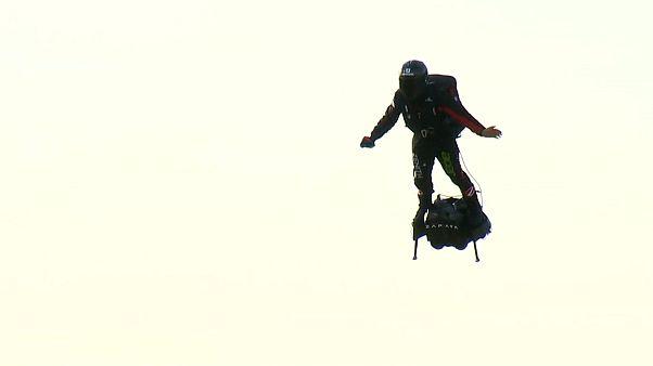 Французский изобретатель преодолел Ла-Манш на летающей доске