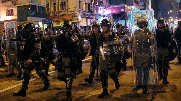 شرطة هونغ كونغ تطلق الغاز المسيل للدموع على محتجين والصين تحذر بأنها لن تقف مكتوفة الأيدي