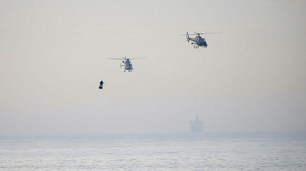 """شاهد: """"الرجل الطائر"""" الفرنسي يعبر القنال الإنجليزي على لوح نفاث"""