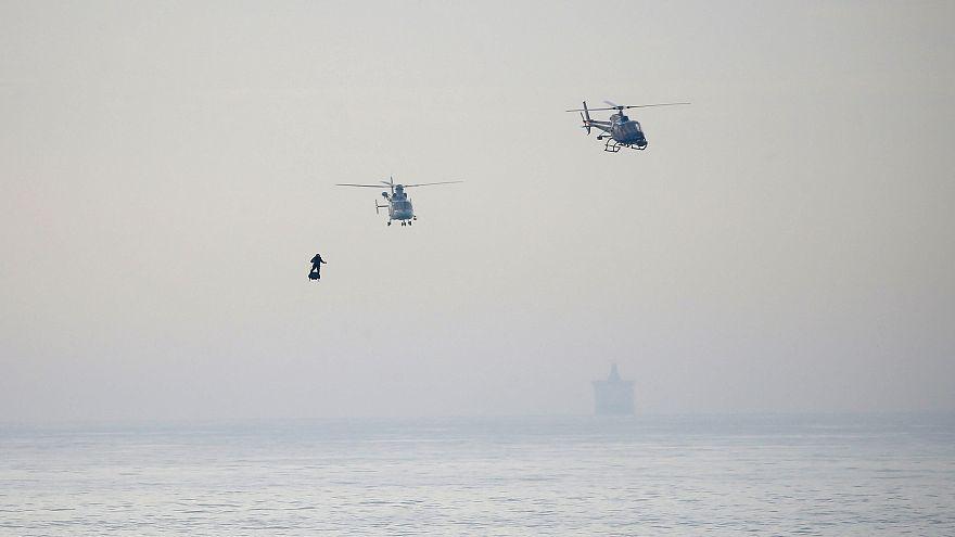 """""""Homem voador"""" atravessa Canal da Mancha"""