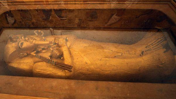 مصر تكشف عن أول عملية ترميم لتابوت توت عنخ أمون المذهب منذ 1922