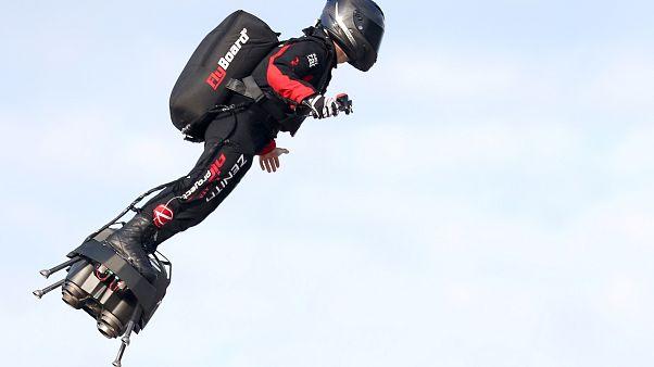 Διέσχισε τη Μάγχη με την ιπτάμενη σανίδα του ο εφευρέτης Φράνκι Ζαπάτα
