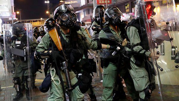 Çin'e iade yasasını protesto eden eylemcilere müdahale eden Hpng Kong polisi