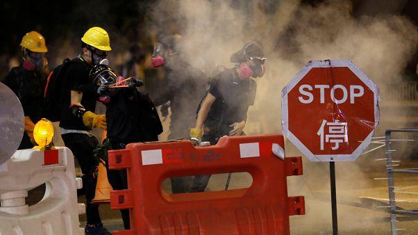 Hong Kong'da grev hazırlıkları: Protestocular yolları kapadı