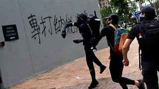 شاهد: متظاهرون يلقون البيض والحجارة على نوافذ مركز للشرطة في هونغ كونغ