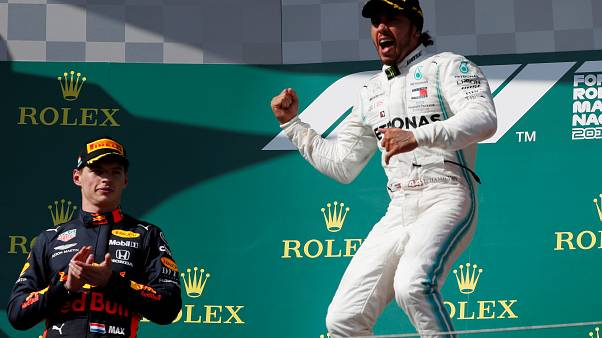 Max Verstappen applaude Lewis Hamilton, vincitore del Gran Premio d'Ungheria.