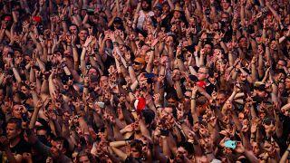 Fransa: Sahnede şortunu çıkarmasını isteyen izleyiciye ünlü şarkıcıdan 'başörtülü' cevap