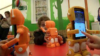 شاهد: روبوت لتعليم الأطفال في التشيلي