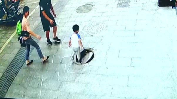 Çin'de 3 yaşındaki meraklı çocuk kırık rögar kapağına basarak kanalizasyona düştü