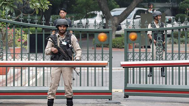 قوات أمنية تحرس مقر إقامة رئيس الوزراء الهندي ناريندرا مودي بنيودلهي الاثنين.