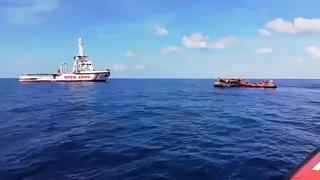 Los 121 migrantes del Open Arms siguen a la espera en mitad del mar