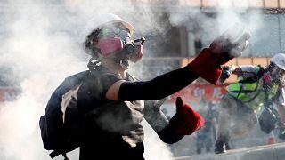 Hong Kong'da polis ile göstericiler arasında şişe ve göz yaşartıcı bomba savaşı