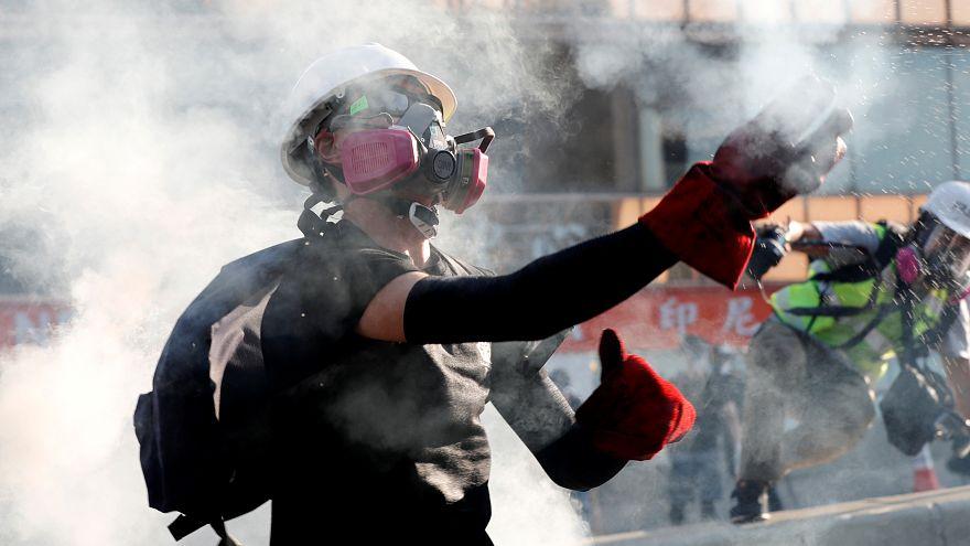 خاموش کردن گاز اشکآور با بطری آب در هنگکنگ