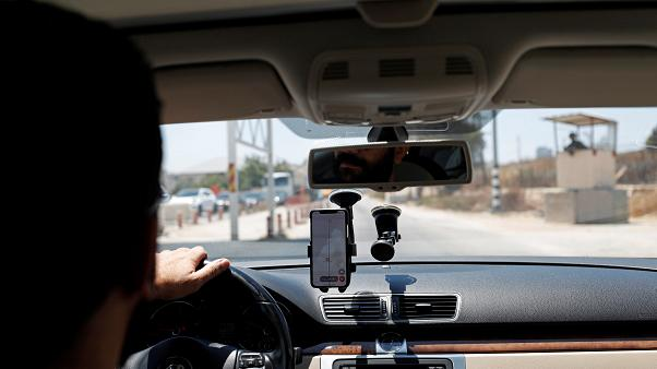 فلسطينيون يطورون تطبيقا لتفادي نقاط التفتيش الإسرائيلية