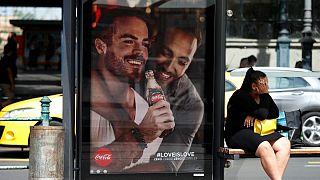 پوستر زوج همجنسگرا در مجارستان؛ محافظه کاران خواستار تحریم کوکاکولا شدند