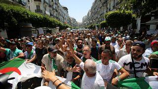 صورة لمتظاهرين في العاصمة الجزائرية